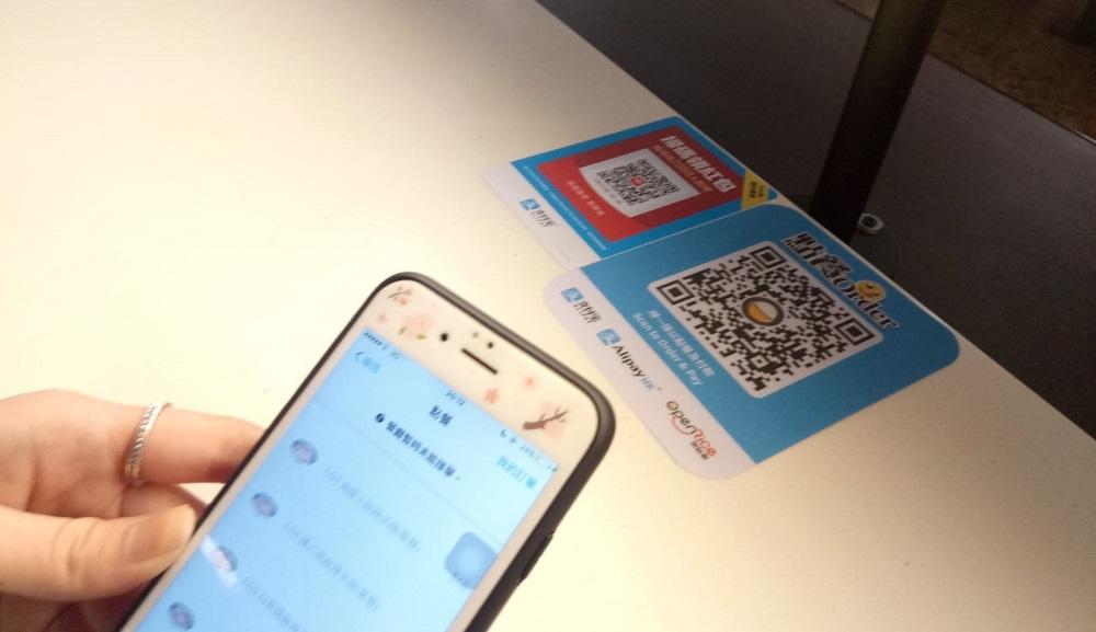 支付寶與香港最受歡迎餐飲平台OpenRice推出「掃碼點餐」解決方案,率先支持高鐵西九龍總站美食廣場「堂前食坊Foodium」的食肆,目標於年內拓至2,000家香港食肆。