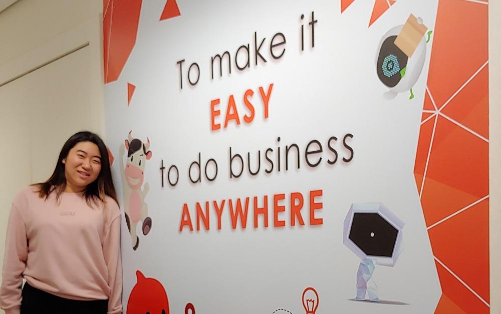 來自香港科技大學、於去年下半年完成阿里巴巴實習生計劃的曾子清表示,通過不同的活動及工作,真切體會到阿里巴巴正在實踐「讓天下沒有難做的生意」這個使命。