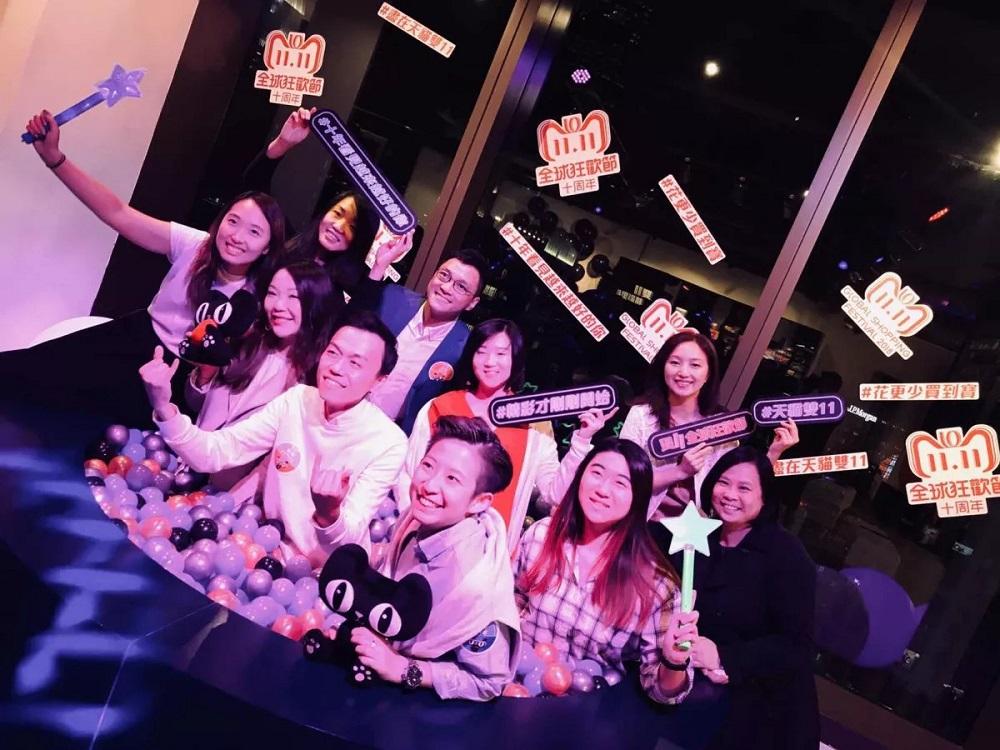 天貓雙11全球狂歡節時,香港舉辦了線下活動,曾子清在完成工作後與同事們拍照留念。