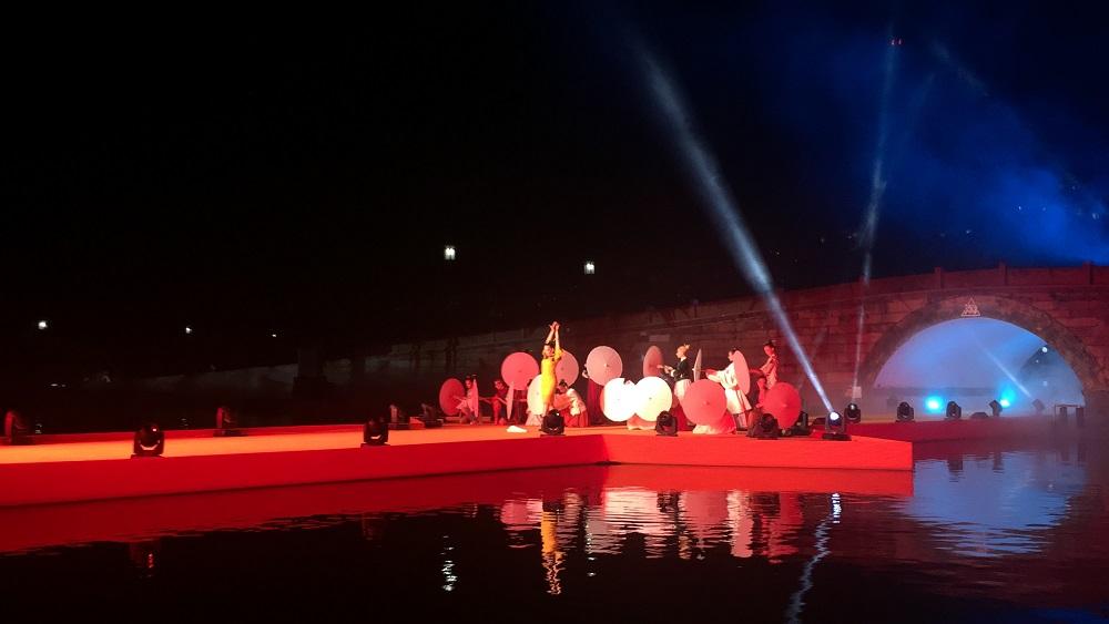 去年是第三屆淘寶造物節,首次「斷橋時裝秀」,在西湖斷橋搭起天橋走秀,曾子清也到了現場親身感受。
