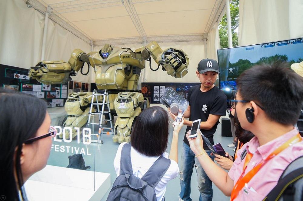 記者們正在淘寶造物節活動上採訪機械人的設計者。
