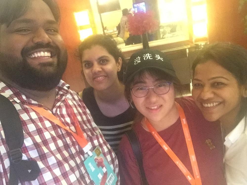 在淘寶造物節上,曾子清協助團隊陪同印度記者參觀。