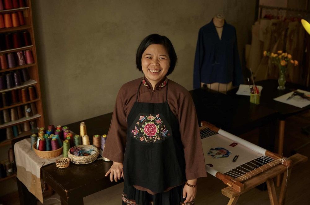 「魔豆媽媽」藍淋帶領家鄉的女性一起復興壯繡,不僅讓古老的技藝得以傳承下去,也讓當地更多媽媽可以增加收入的同時,能夠留在孩子身邊。