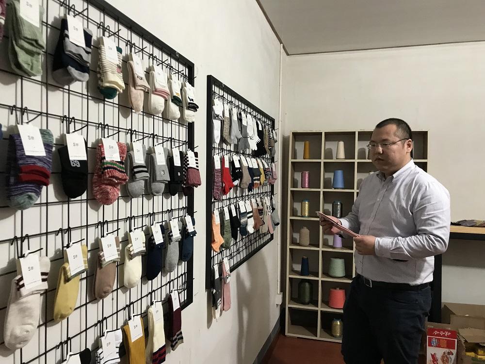 淘寶商家楊鋼澤,積極擁抱「天天特賣」升級供應鏈,成爲襪子行業內頗具競爭力的商家。