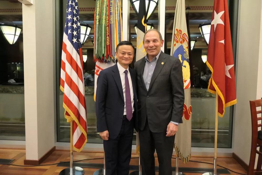與馬雲站在一起的Bob McDonald是美國退伍軍人事務部前部長,曾任寶潔公司行政總裁。他表示,馬雲的分享讓他倍受鼓舞。