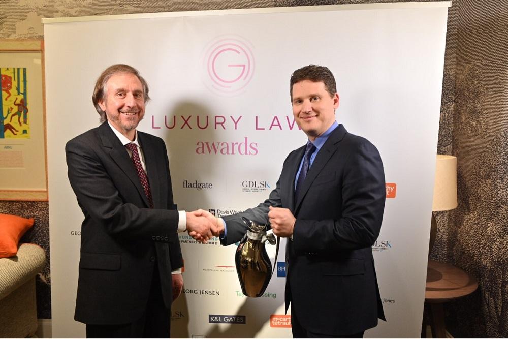 阿里巴巴副總裁、國際知識産權保護負責人Matthew Bassiur,在全球奢侈品法律聯盟峰會上,獲頒「知識產權保護和科技創新獎」。