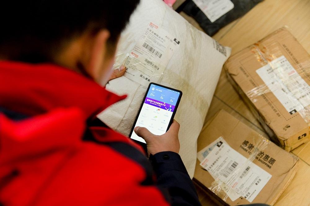 菜鳥裹裹宣佈,未來三年將在線接入數十萬名快遞員,通過提升寄件服務,幫助快遞員人均收入增加20%以上。