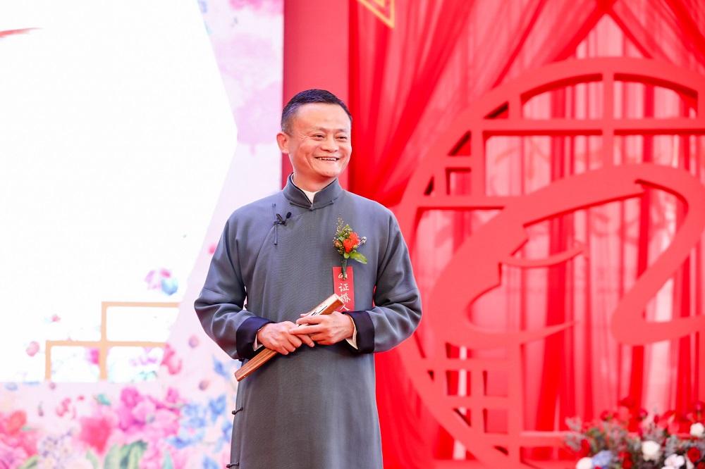 阿里巴巴集團董事局主席馬雲為102對新人證婚。