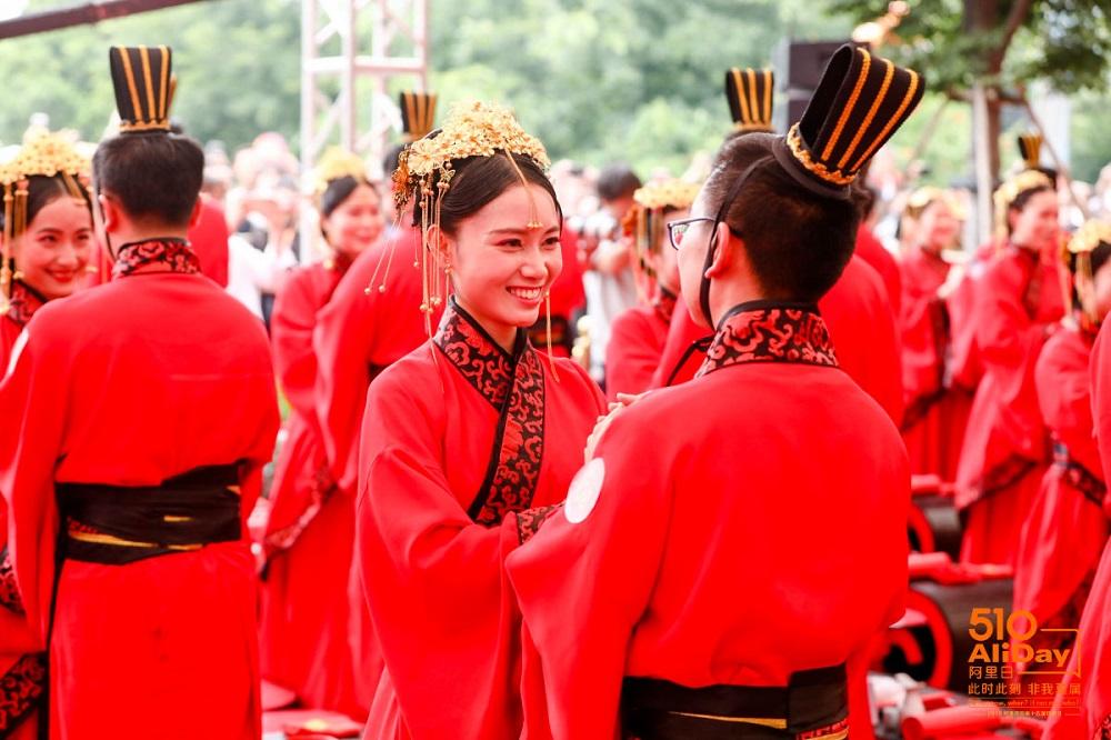 102對新人在阿里日上一同穿上中式風格的服飾參與集體婚禮。
