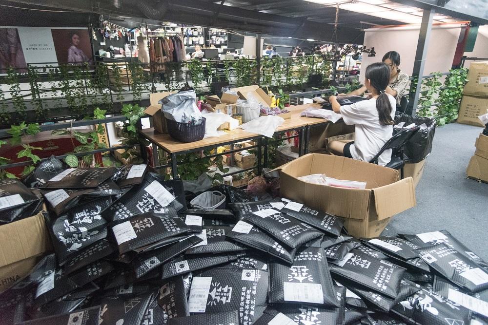 有旗袍品牌自6月初就每日穿發約400個快遞包裹。