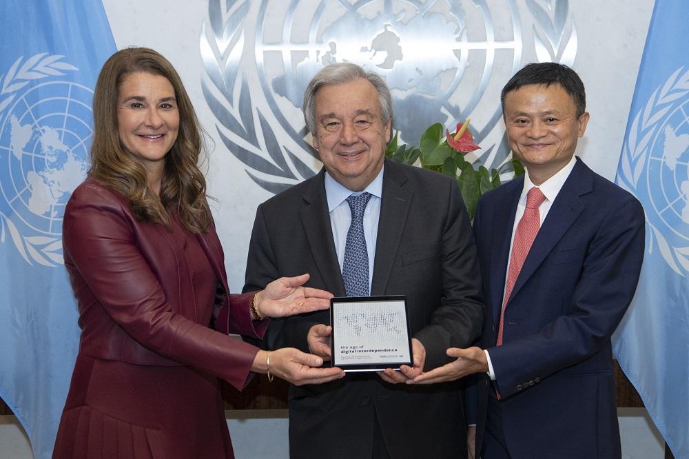 聯合國在昨晚(6月10日)於紐約總部發佈世界數字經濟報告。該報告由聯合國數字合作高級別小組調研撰寫而成。左起為小組聯合主席、比爾及梅琳達‧蓋茨基金會(Bill & Melinda Gates Foundation)聯合創始人梅琳達‧蓋茨(Melinda Gates)、聯合國秘書長古特雷斯(António Guterres),以及小組聯合主席、阿里巴巴集團董事局主席馬雲。