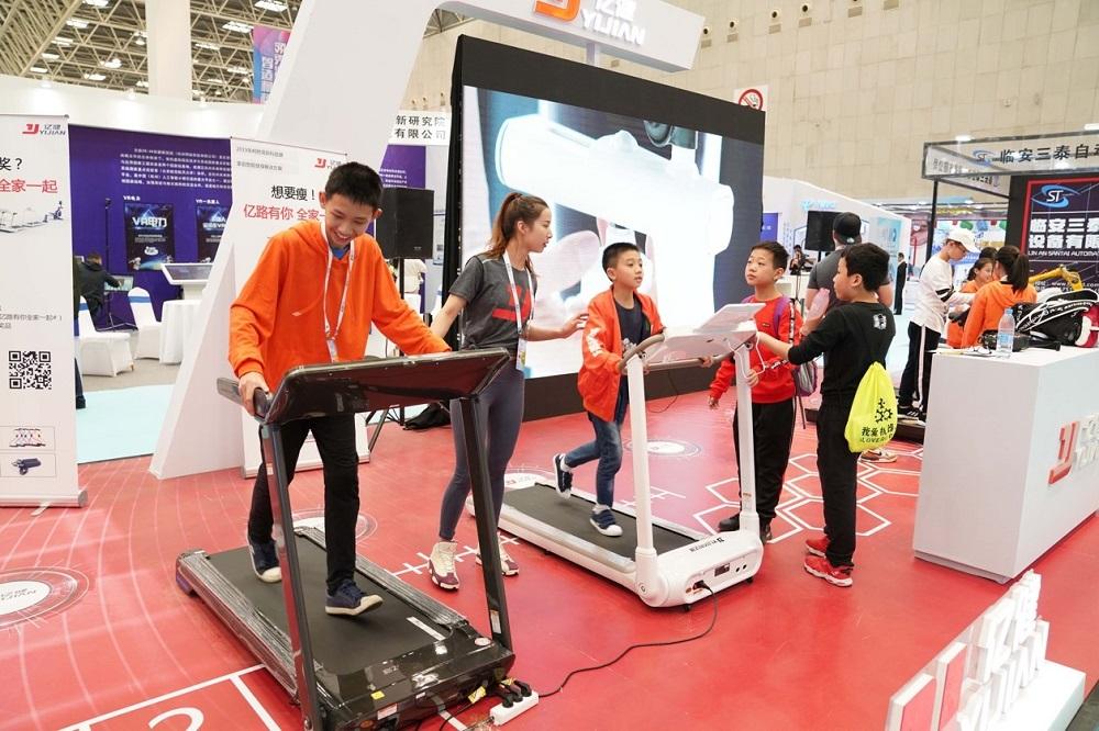 年輕人正在試用億健的爆款跑步機,此產品售價僅約千多元至數千元人民幣不等。