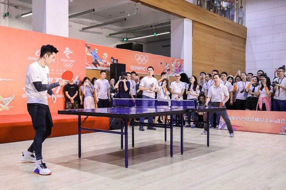 乒乓球奧運冠軍張繼科於阿里巴巴杭州西溪園區,和阿里巴巴集團首席執行官張勇切磋球藝。