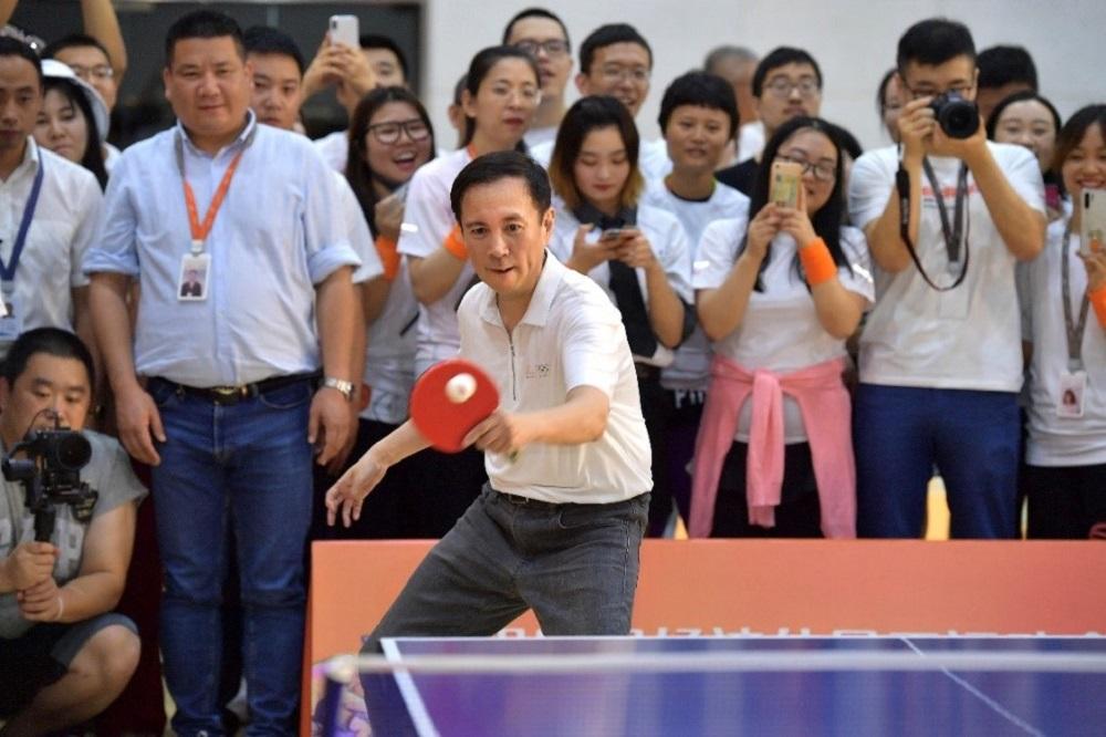 張勇是資深球迷,打起乒乓球來,和他平日工作一樣,充滿幹勁。