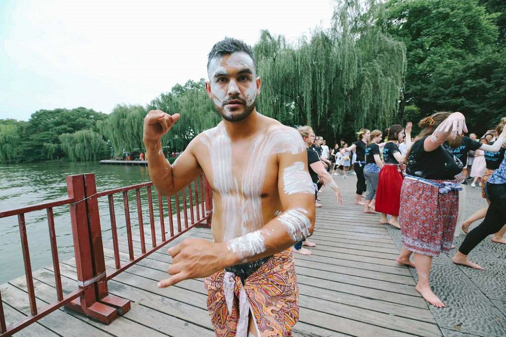 來自澳洲紐卡素大學的學生在西湖表演原住民舞蹈。
