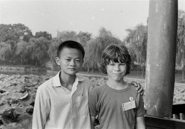 15歲的馬雲和他新認識的澳洲小玩伴大衛·莫利,照片攝於西湖邊。