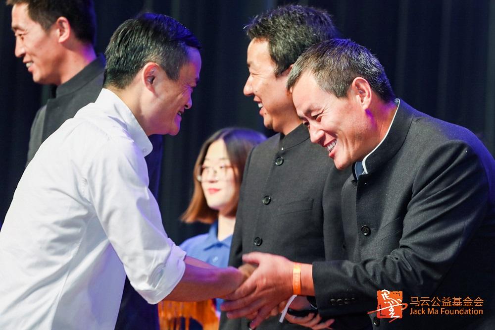馬雲與結業鄉村教師一一握手。