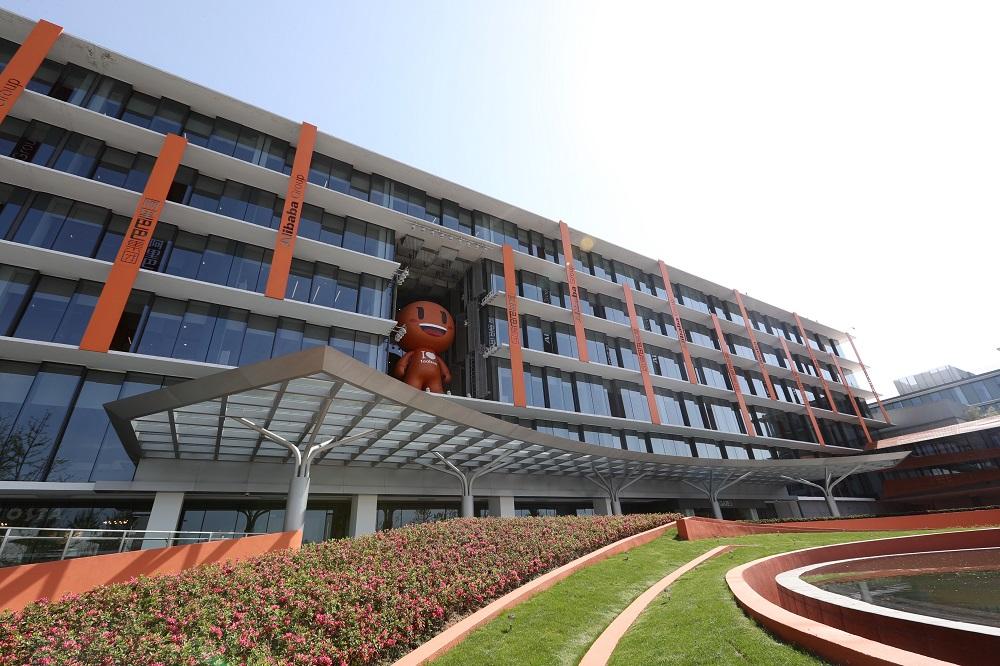阿里巴巴名列今年中國內地互聯網服務行業上市公司的第1位。