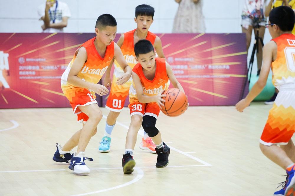 NBA職業籃球員林書豪、阿里巴巴集團董事局執行副主席蔡崇信及6名11歲至12歲的青少年,合力炮製熱血與體育精神兼備的籃球賽。