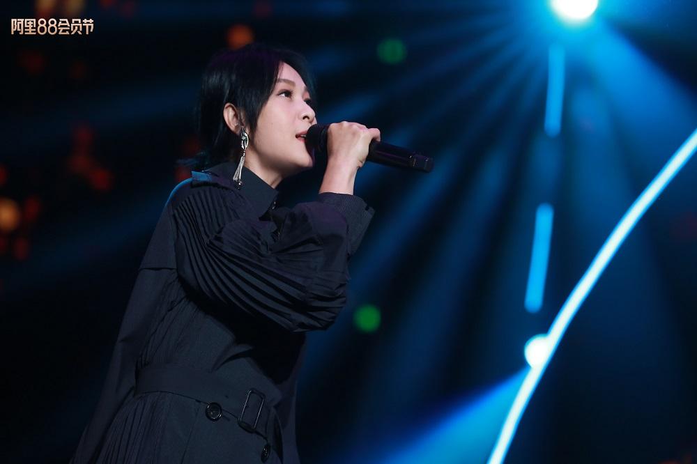 當「奶茶」劉若英演繹首本名曲《後來》及《成全》,歌曲背後的感慨故事引發大部分歌迷共鳴,加入伴唱。