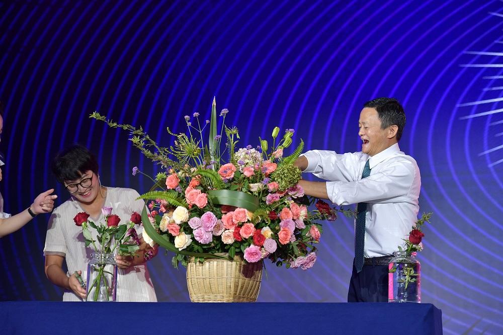 大會特別安排馬雲與兩位女性創業者較量,比拼限時夾蛋糕及插花環節。