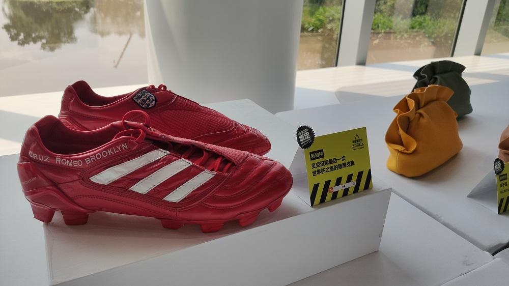 有淘寶商家特意展示收藏多年「寶貝」,包括這對前英格蘭國腳碧咸退役賽所穿的紀念球靴,全球僅此一對。