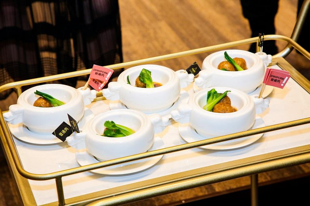 在淘寶造物節發布會上,大會特別安排出席傳媒,盲測植物肉與普通肉類的分別。