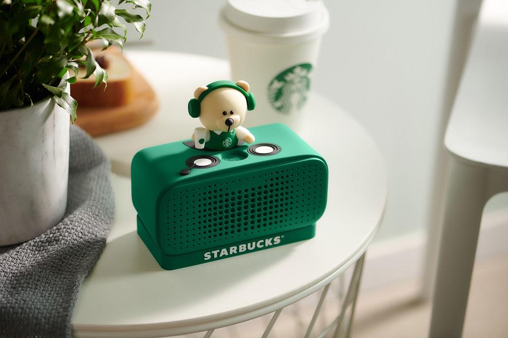 星巴克天貓官方旗艦店推出聯名訂制特別版天貓精靈,機身是星巴克標誌性的墨綠色,音箱頂部有一隻喝咖啡的「DJ小熊」,集功能與型格於一身。