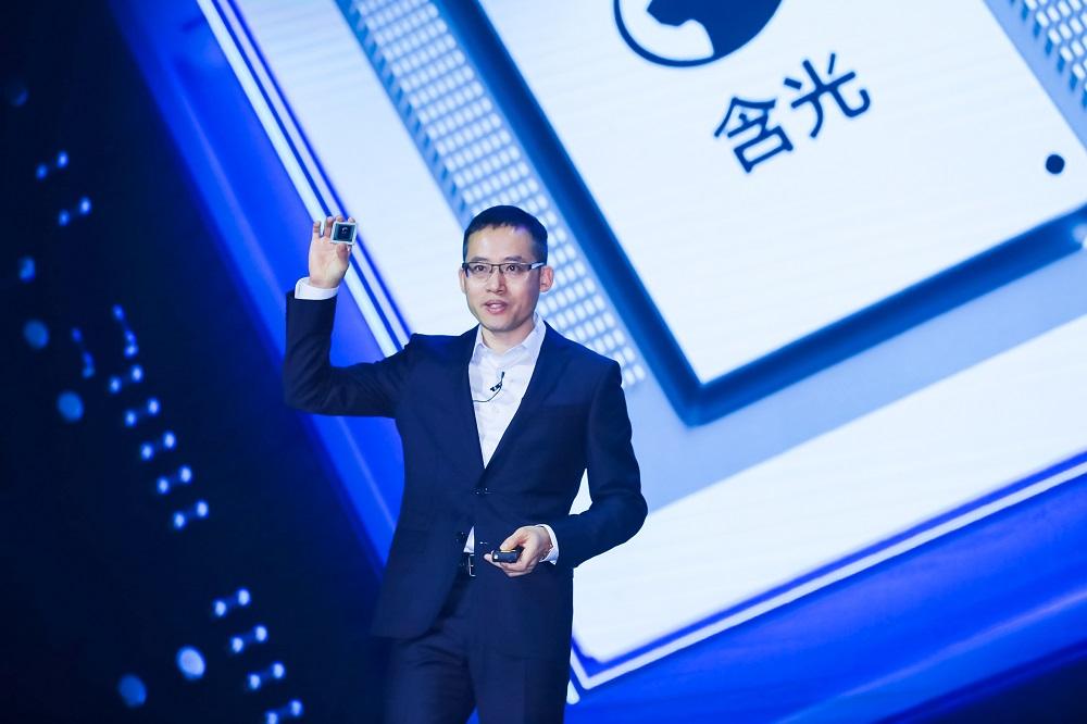 阿里巴巴集團發佈首款人工智能推理芯片「含光800」,主打大幅提升由機器學習來完成任務的速度。