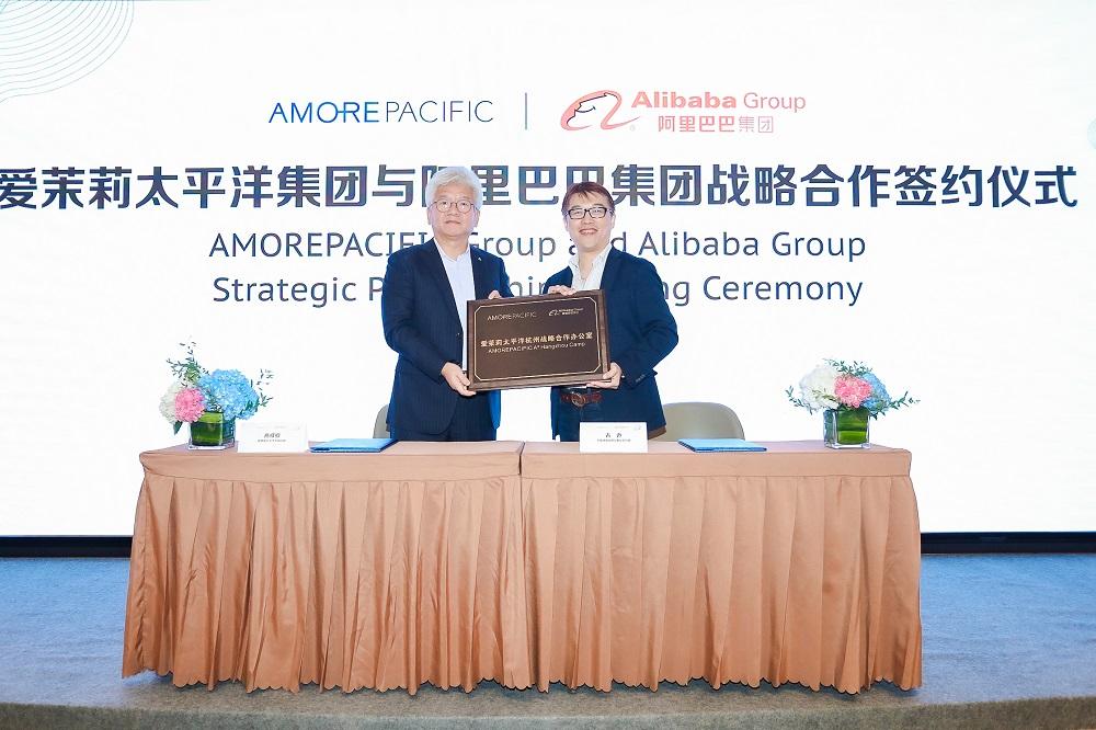 愛茉莉太平洋(Amorepacific)與阿里巴巴集團簽訂全球戰略合作協議,在新品孵化、新零售營銷、消費者洞察管理、海外市場拓展等四項領域上加深合作。圖左為愛茉莉太平洋中國總裁高祥欽,圖右為天貓大快消總經理胡偉雄。