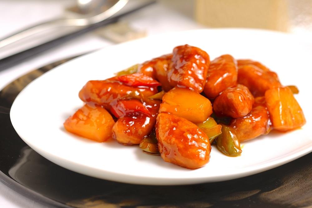 除了線下的銷售點之外,多家香港餐廳都引入了OmniPork新豬肉,其中包括香港康得思酒店的特別菜式,圖為「菠蘿膳良咕嚕肉」。