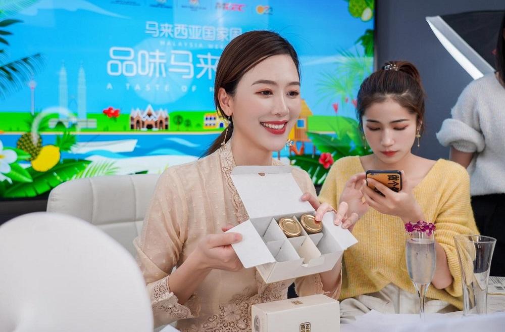 在馬來西亞周活動期間,著名「網紅」李烈(烈兒寶貝)通過網絡直播推薦馬來西亞的特色產品,並以短短五分鐘時間售出八萬瓶燕窩。