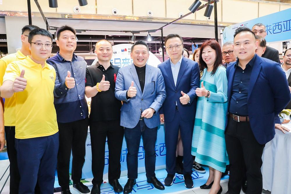 馬來西亞國際貿易和工業部長Datuk Darell Leiking(圖左4)表示,馬來西亞周活動是印證中國及馬來西亞緊密合作的里程碑,相信活動能為兩國商家與消費者帶來更多益處。圖右三為阿里巴巴合伙人、螞蟻金服董事長兼首席執行官井賢棟。