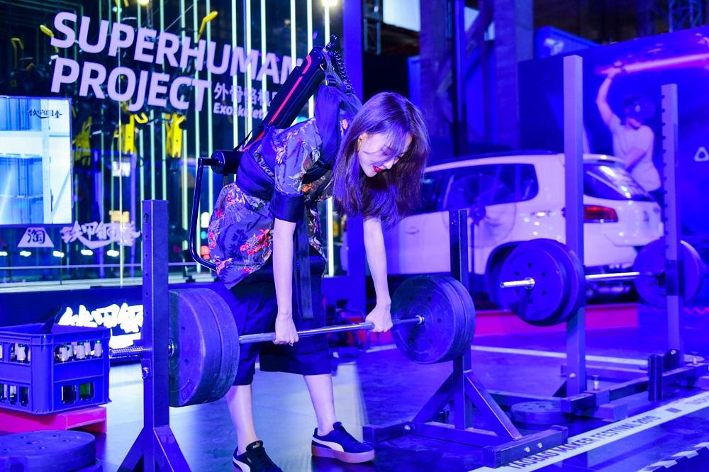 淘寶造物節的焦點造物者之一「鐵甲鋼拳」吸引不少女生試玩機械外骨骼,體驗女生比例達65%。