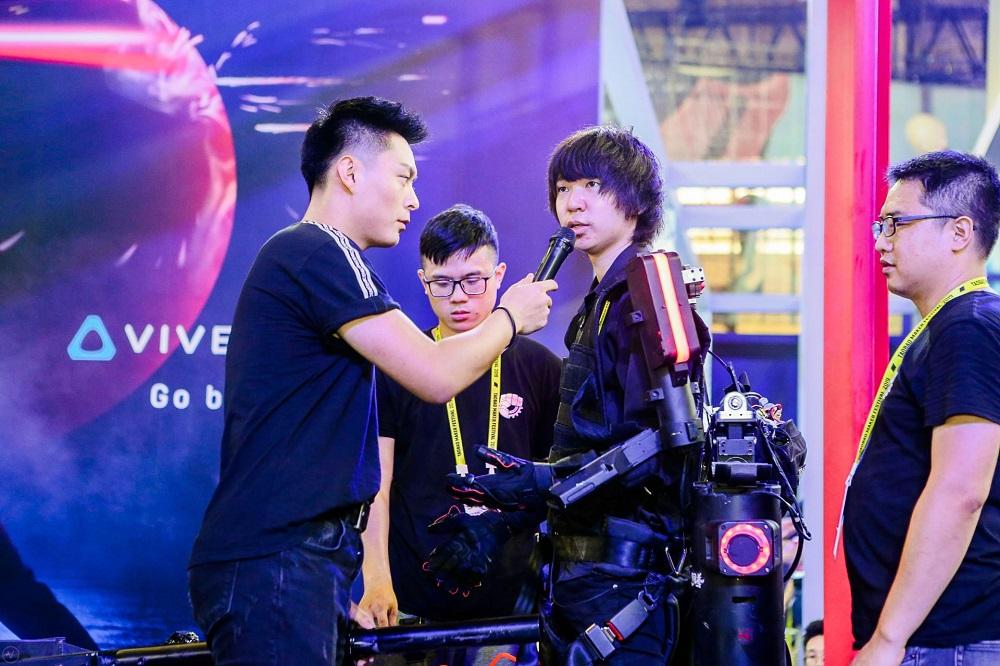 北京鐵甲鋼拳科技創辦人王潮(圖右二)六年前毅然休學,專注研發及改良他所創造的機械外骨骼。