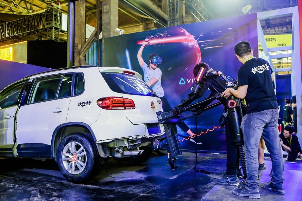 王潮在2019淘寶造物節中,示範以一人之力利用機械外骨骼舉起1.4噸重的運動休旅車,獲圍觀觀眾喝采。