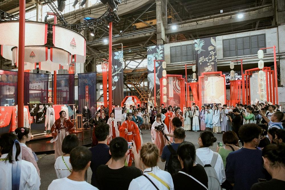 今屆淘寶造物節國風區展示的高定漢服,成為年輕遊客必到的打卡之地。