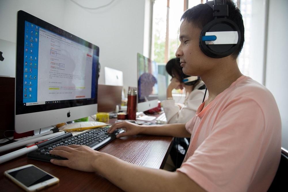 馮家亮是中國首位視障雲客服,他能同時在線服務4名客戶。