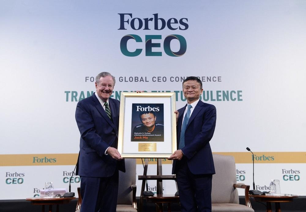 福布斯媒體集團主席、《福布斯》總編輯史蒂夫‧福布斯(Steve Forbes)向阿里巴巴集團創始人馬雲授予福布斯終身成就獎(Malcolm S. Forbes Lifetime Achievement Award)。