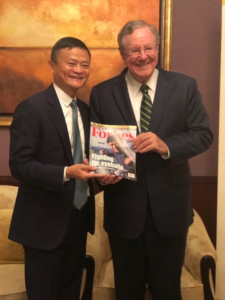 福布斯向馬雲展示一份2000年的雜誌,當年剛剛創辦阿里巴巴的馬雲,成為第一個登上福布斯國際版封面的中國創業者。
