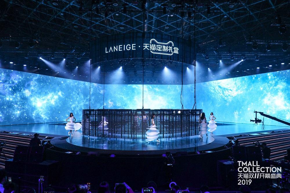 10位女模特兒穿起立體感豐富的白色長裙,呈現LANEIGE新產品的輕盈感。