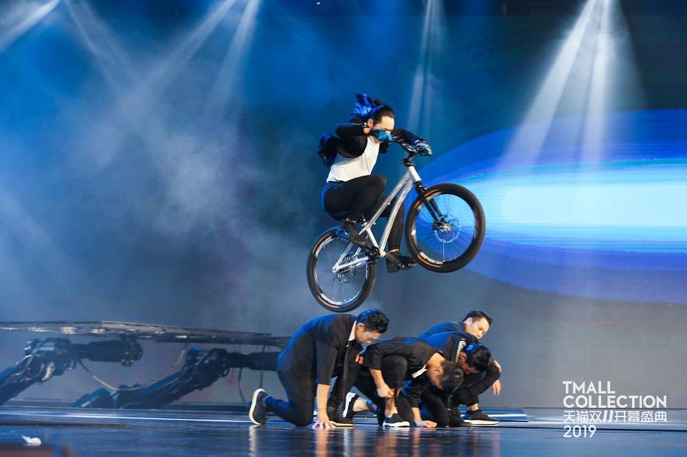 手機品牌OPPO則找來數位單車雜技員表演,一步一驚心。