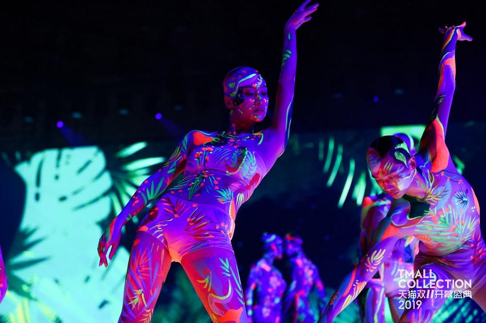 護膚品牌ORIGINS的表演,示範將身上迷彩及現場射燈融合,豐富視覺效果。