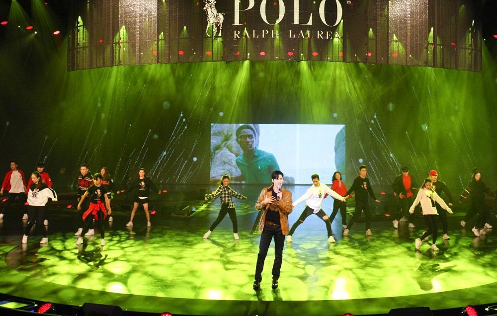 《聲入人心》的唱將阿雲嘎(啡色外套者),穿起品牌宣傳服裝獻唱《鹿be free》。