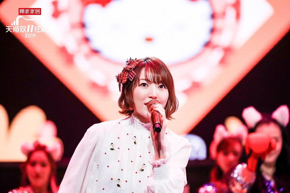 日本著名聲優花澤香菜,以甜美歌聲為大家送上《戀愛循環》。