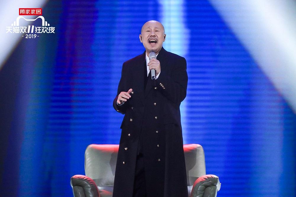一曲《天堂》深入人心的「草原歌手」騰格爾,在貓晚現場演繹李榮浩的歌曲《醜八怪》。