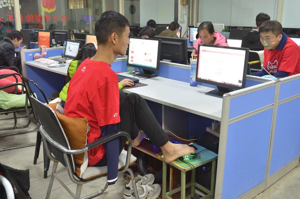在河南雲客服基地工作的阿里巴巴集團雲客服傷健團隊,在天貓雙11當日投入服務。