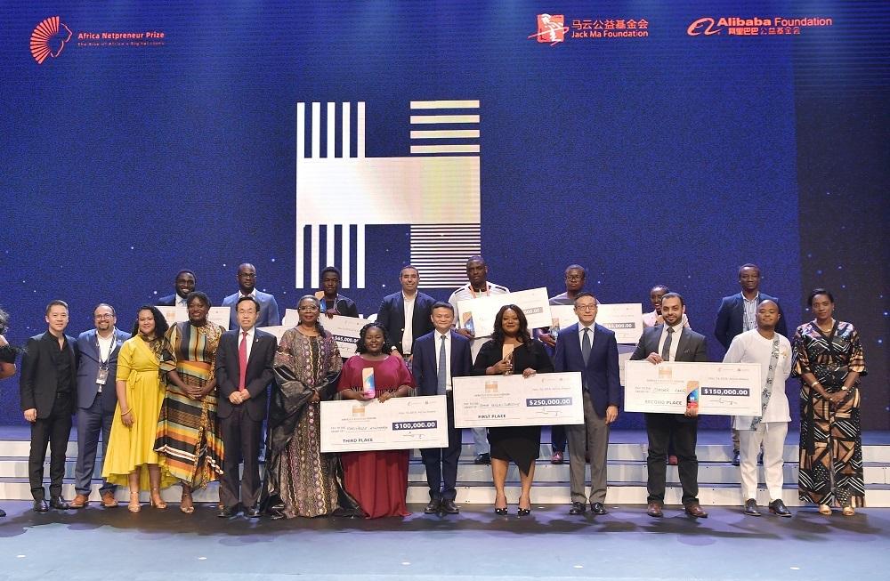 LifeBank創辦人Temie Giwa-Tubosun(前排右五)勇奪首屆非洲創業者大賽的冠軍,分得25萬美元獎金。
