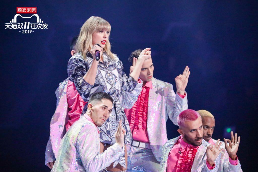 國際級歌手Taylor Swift,為貓晚觀眾獻唱三首歌曲。