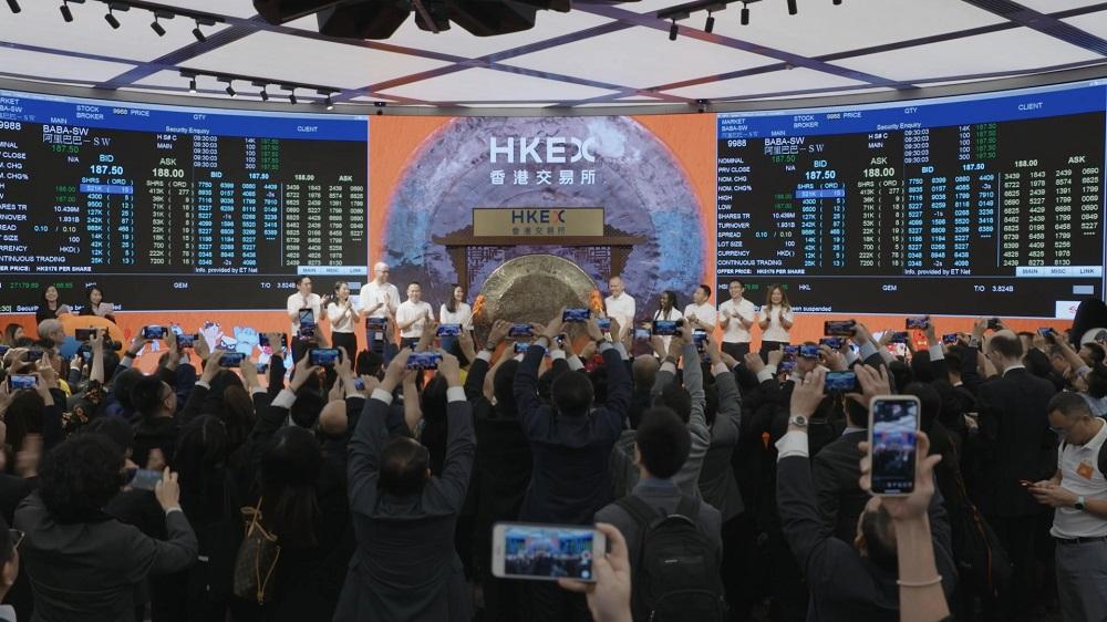 阿里巴巴集團的香港上市儀式中,邀請10位數字經濟體的客戶及生態夥伴敲響銅鑼,象徵股份正式在香港買賣,也體現「客戶第一,員工第二,股東第三」的集團價值觀。